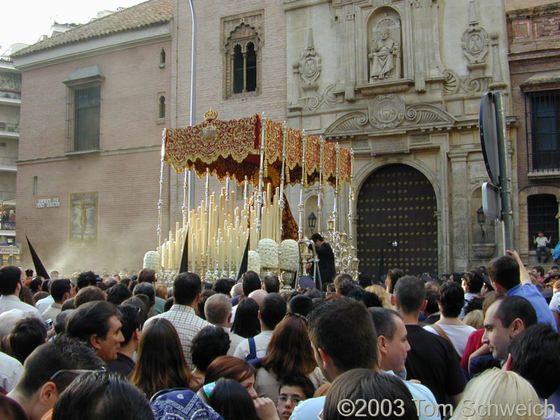 The Virgin Paso leaves Cristo de Burgos.